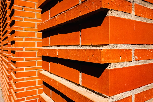 Parede de tijolo vermelho intensa no sol. Foto Premium