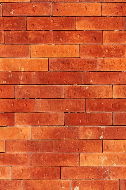 Parede de tijolos antigos em ruas urbanas Foto gratuita