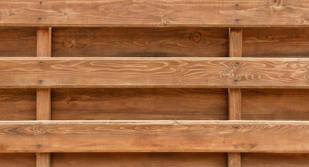 Parede feita de fundo de troncos de madeira. textura de cerca de vigas de madeira Foto Premium