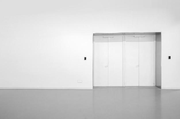 Paredes brancas e pisos de cimento cinza no espaço interior Foto Premium