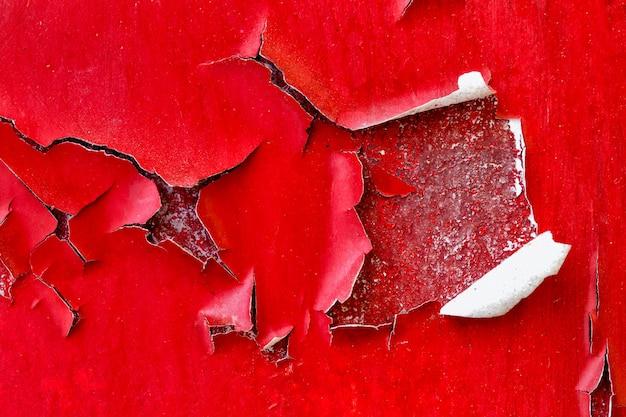 Paredes de cor vermelha com grande rachadura, plano de fundo e textura Foto Premium