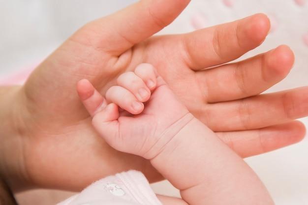 Parental mão segura o bebê Foto Premium