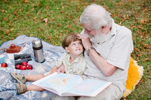 Parentes de alto ângulo no parque ao ar livre Foto gratuita