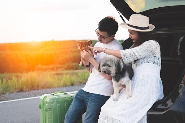 Pares asiáticos felizes e novos que apreciam o estilo de vida do curso da vida com animais de estimação. Foto Premium