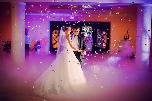 Pares da dança no casamento ther Foto gratuita
