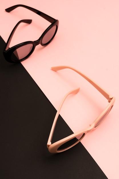 Pares de close-up de óculos de sol coloridos Foto gratuita