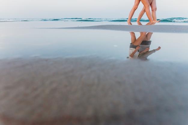 Pares de duas mulheres lésbicas no amor que andam em uma praia de lgbt. Foto Premium