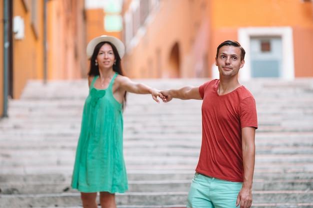 Pares felizes do turista, homem e mulher viajando em feriados na europa sorrindo feliz. casal caucasiano. Foto Premium