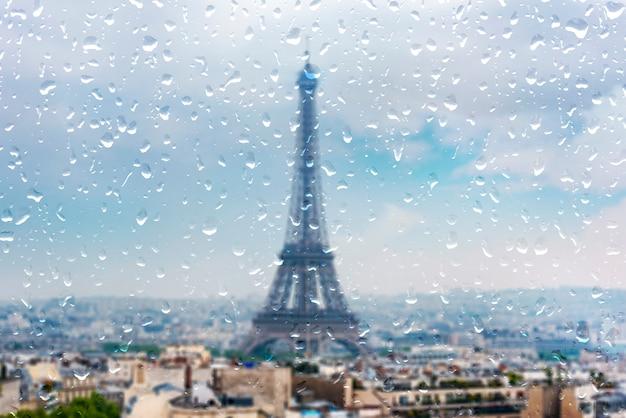 Paris, durante a chuva pesada, chovendo dia em paris, gotas na janela Foto Premium