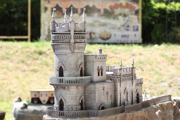 Parque bakhchisarai de miniaturas. castelo lastochkino gnezdo. Foto Premium