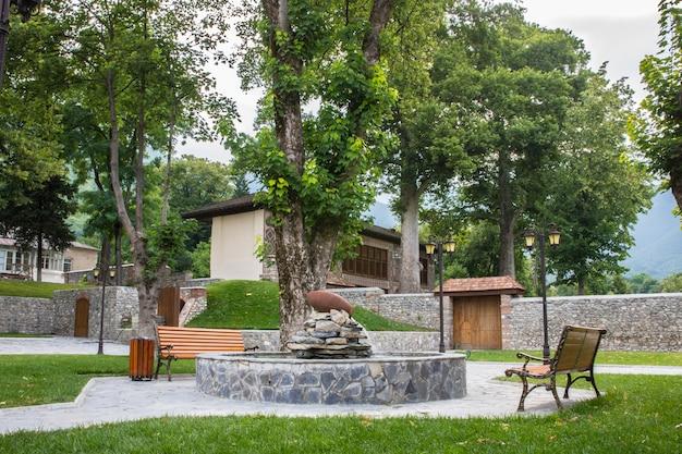 Parque da cidade com bancos e lareira. Foto gratuita
