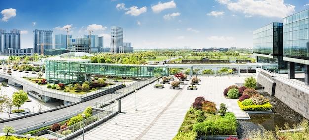 Parque da cidade sob o céu azul com horizonte do centro no fundo Foto gratuita
