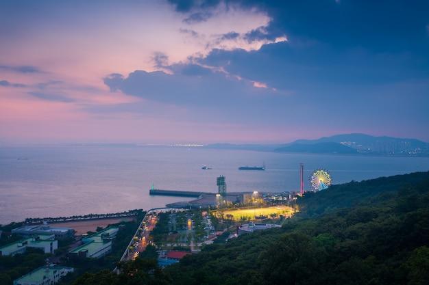 Parque de diversões de wolmi após o por do sol em incheon, coreia do sul. Foto Premium