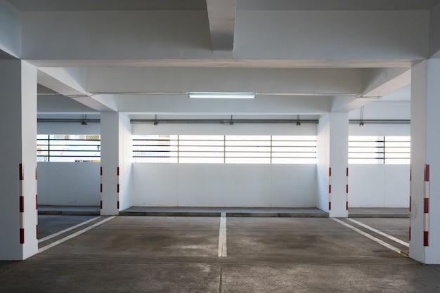Parque de estacionamento vazio no edifício Foto Premium