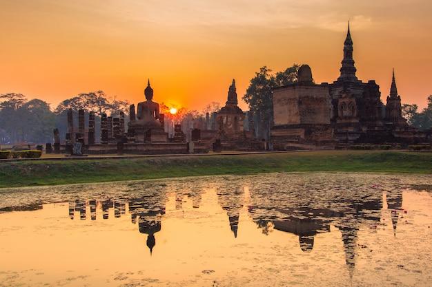 Parque histórico de sukhothai, a antiga cidade da tailândia há 800 anos Foto Premium