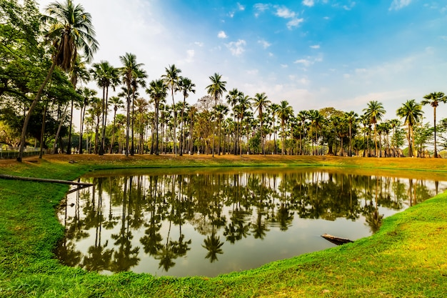 Parque histórico de sukhothai e área circundante ao meio-dia e ao crepúsculo Foto Premium