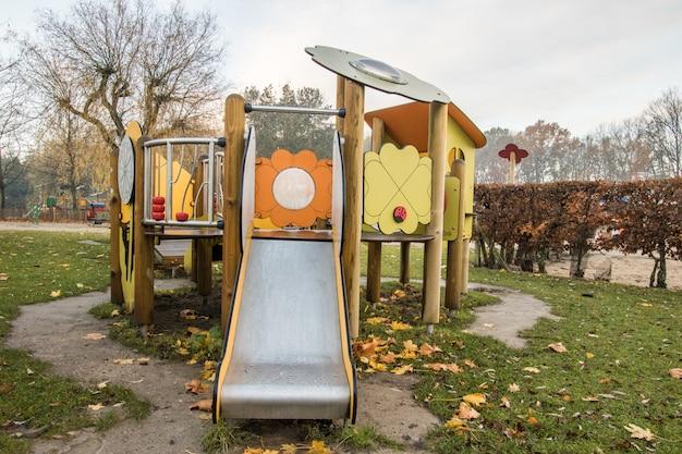 Parque infantil no parque Foto Premium