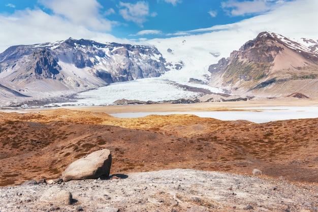 Parque nacional do vale landmannalaugar. nas encostas suaves das montanhas são campos de neve e geleiras. magnífica islândia em julho Foto Premium