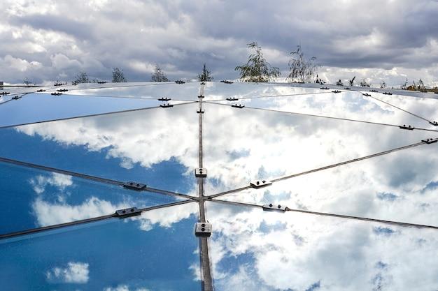 Parte da construção de vidro que reflete o céu azul. Foto Premium