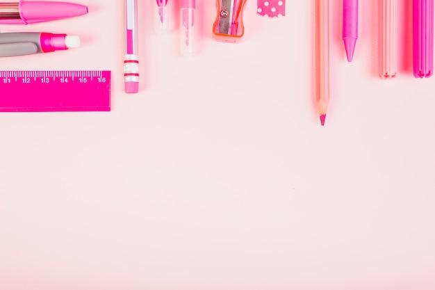 Parte, de, cor-de-rosa, lápis, e, canetas Foto gratuita