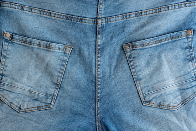 Parte de trás de jeans clássicos. tecido denim. jugo, bolsos traseiros. Foto Premium