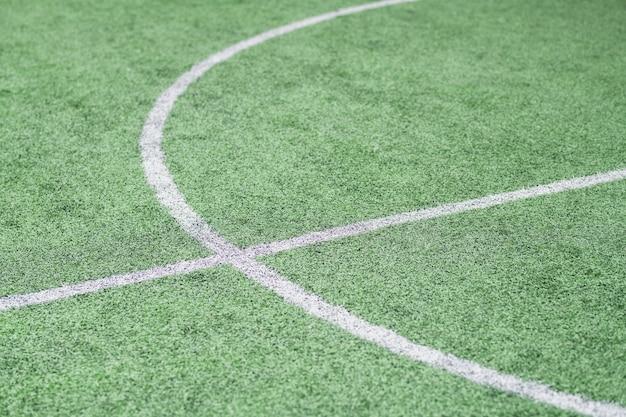 Parte de um campo de futebol verde vazio com linhas brancas onde geralmente acontecem os treinos e jogos esportivos Foto Premium