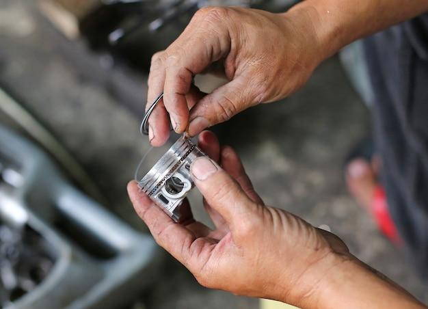 Parte de um motor de motocicleta na reparação do dano Foto Premium