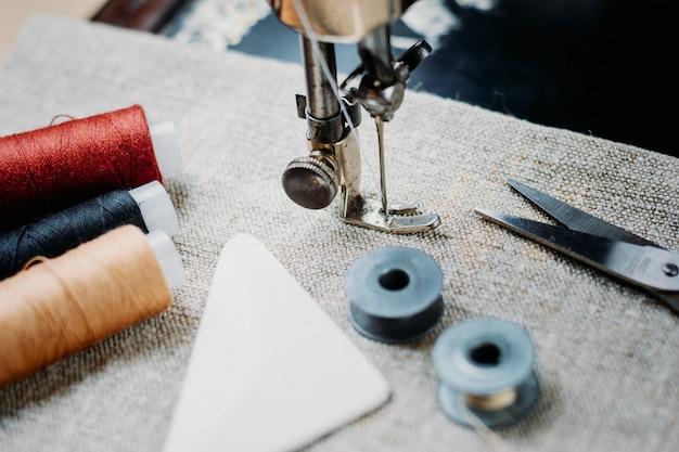 Parte de uma máquina de costura vintage e item de vestuário. Foto Premium