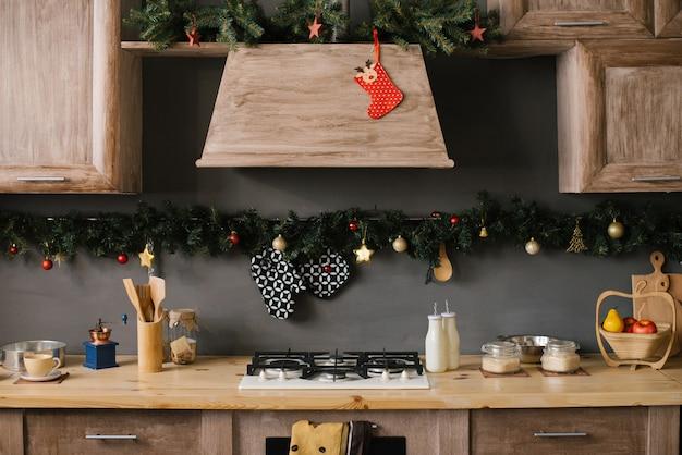 Parte do conjunto de cozinha, decorada para o natal e ano novo Foto Premium