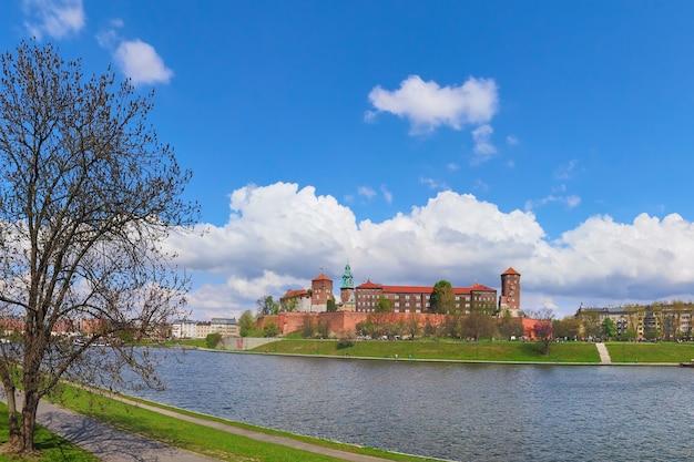 Parte histórica da cidade de cracóvia, na polônia. sprintgime vista do rio vístula com o castelo real wawel em dia de sol na primavera, Foto Premium