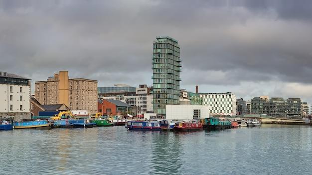 Parte moderna de dublin docklands, conhecida como silicon docks Foto Premium