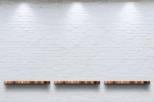 Parte superior vazia da prateleira de madeira com fundo branco da parede de tijolo. Foto Premium