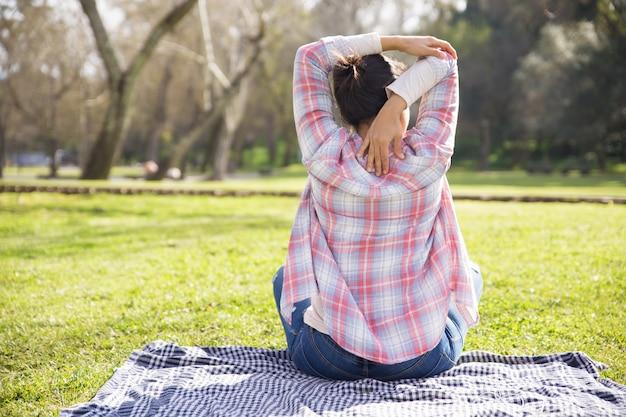 Parte traseira da menina na camisa e jeans Foto gratuita