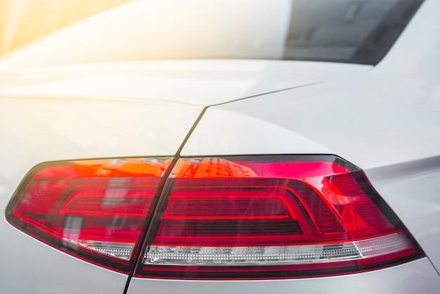Parte traseira do automóvel branco com luz traseira moderna Foto gratuita
