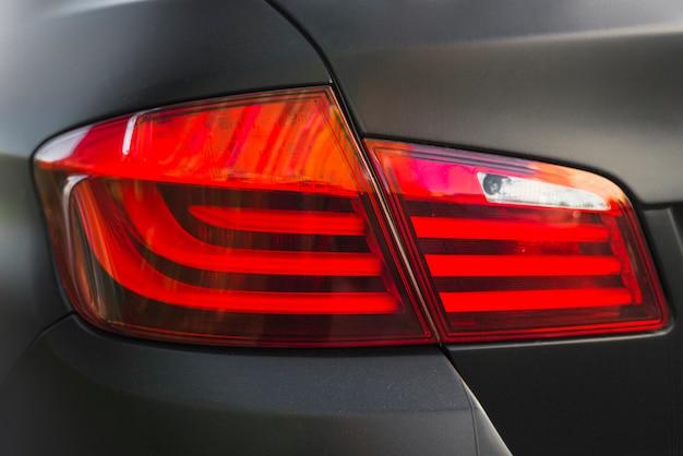 Parte traseira do automóvel preto com luz traseira moderna Foto gratuita