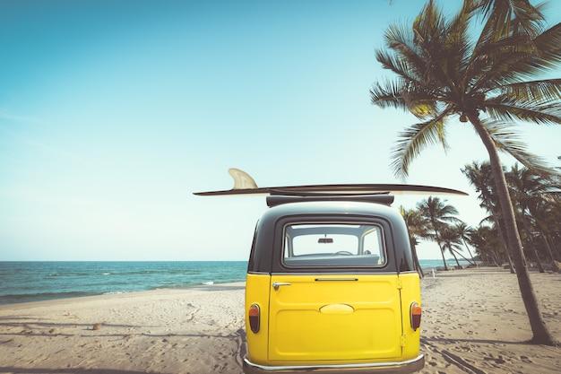 Parte traseira do carro antigo estacionado na praia tropical Foto Premium