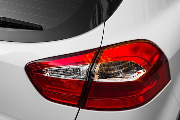 Parte traseira do carro branco com luz traseira Foto gratuita