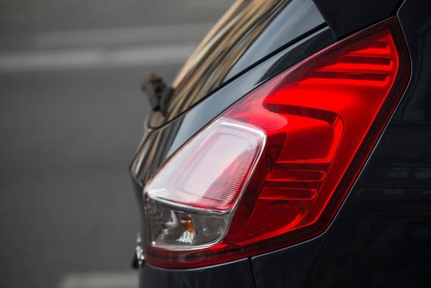 Parte traseira do carro escuro com luz traseira Foto gratuita