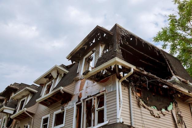 Partes da casa depois de queimar. Foto Premium