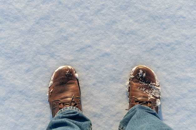 Partes dianteiras de um par de botas na neve branca. vista do topo Foto Premium