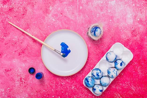 Páscoa azul pintado ovos na bandeja Foto gratuita