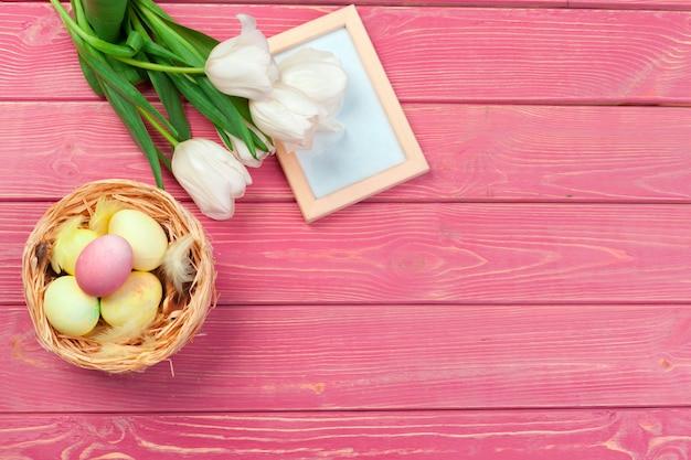 Páscoa com tulipas, ovos. vista superior com copyspace Foto Premium