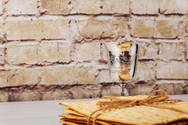 Páscoa judaica matzoh férias pão sobre a mesa de madeira. Foto Premium