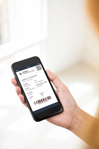 Passageiro olhando para o cartão de embarque eletrônico na tela do smartphone Foto Premium