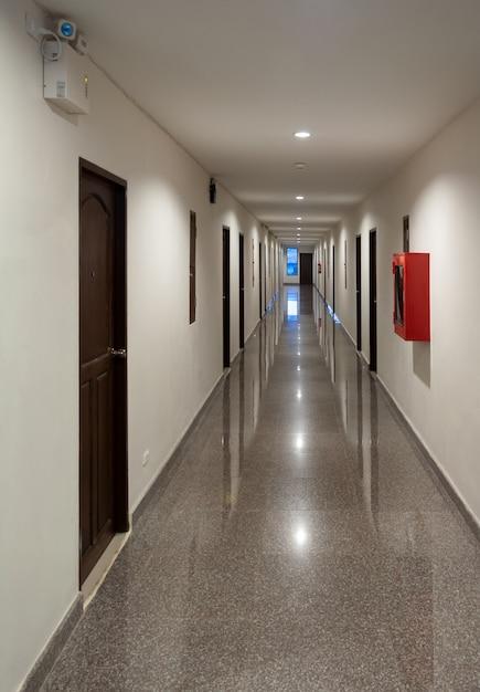 Passagem ao longo do piso de mármore. Foto Premium