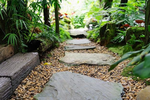 Passagem de pedra no jardim passo pedra em cascalho Foto Premium