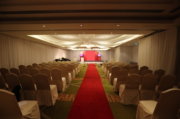 Passagem do corredor para a cerimônia de casamento e lugares vazios no hotel, uma caminhada para lembrar o conceito Foto Premium