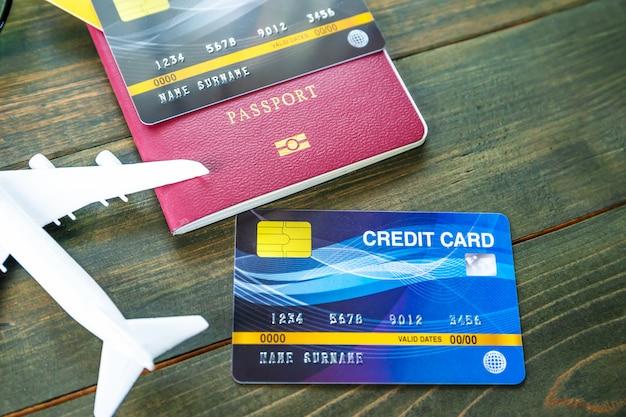 Passaporte com cartão de crédito na mesa de madeira Foto Premium