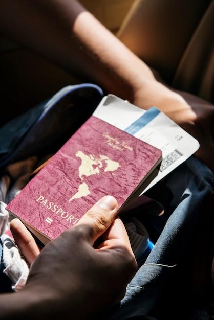 Passaporte e bilhetes de viagem Foto gratuita