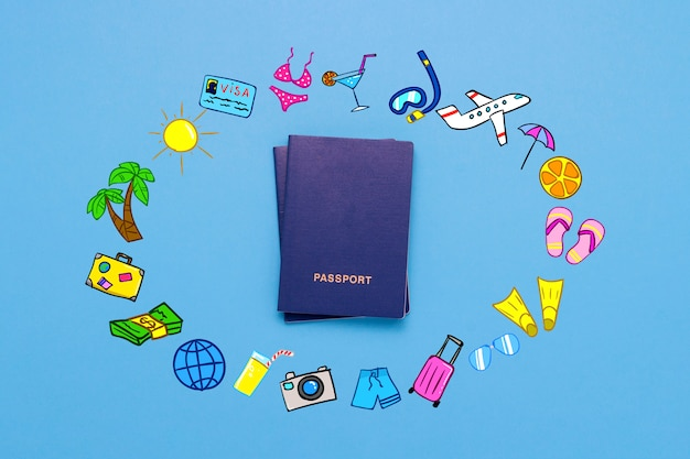 Passaporte e ícones adicionados da viagem e descanso na superfície azul Foto Premium